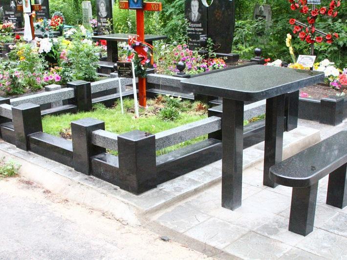 Черный стол и лавочка для памятника из гранита