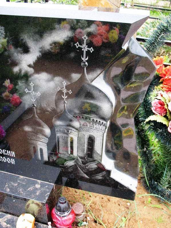 Резной гранитный памятник с гравировкой церкви