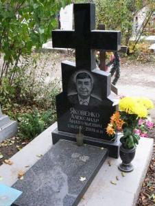 Гранитный памятник в виде креста на могилу