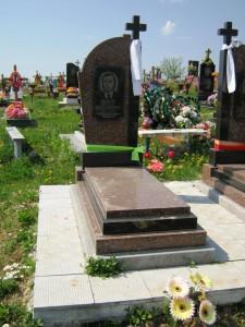 Мужской надгробный памятник из красного гранита