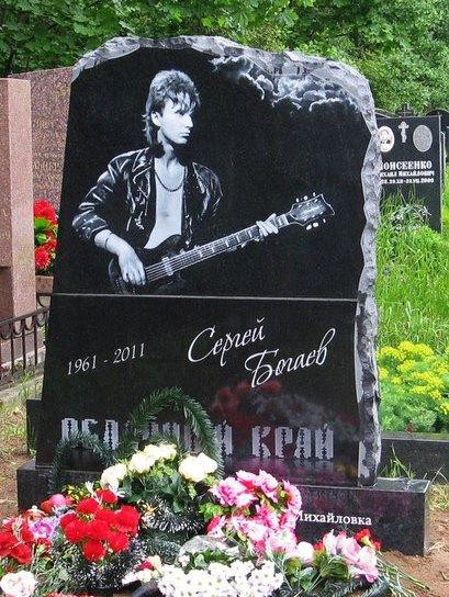 Современный гранитный памятник для музыканта