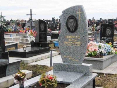 Серый памятник с полузакрытым цветником для юноши