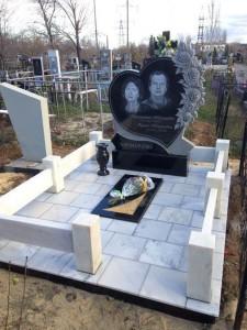 Двойной гранитный памятник с резными розами и сердцем