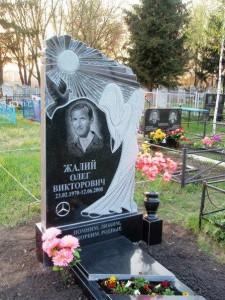 Резной гранитный памятник черного цвета для мужчины
