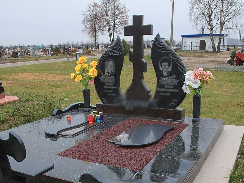 Резной надгробный памятник с крестом