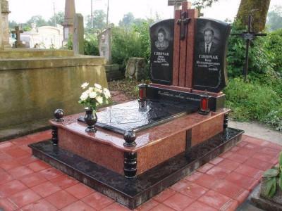 Закрытый цветник памятника с вазами и лампадками