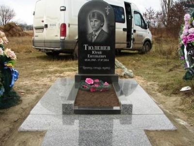 Мужской одинарный памятник с открытым цветником