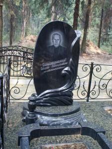 Мужской овальный памятник из гранита