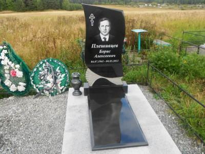 Одинарный гранитный памятник с гравировкой креста на могилу мужчины