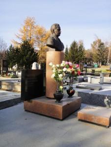 Памятник с фигурной стеллой и бюстом