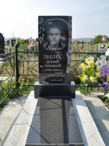 Прямой памятник из гранита на могилу