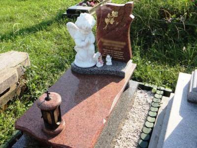 Гранитный памятник со скульптурой и лампадкой для младенцев