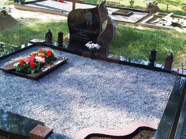 Межирический гранит в памятнике на могиле