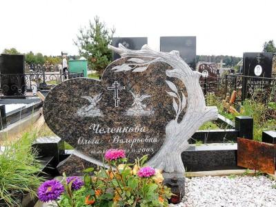 Гранитный памятник в виде сердца с резной ивой