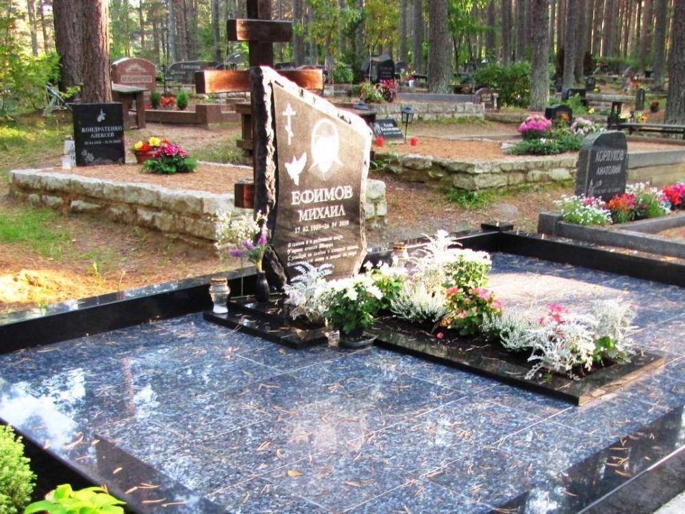 Межирический гранит в надгробном памятнике
