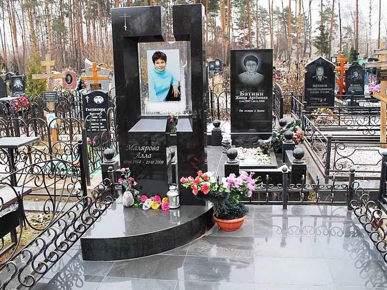 Прямоугольный черный памятник с портретом на стекле