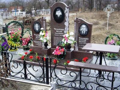 Открытый цветник для тройного памятника