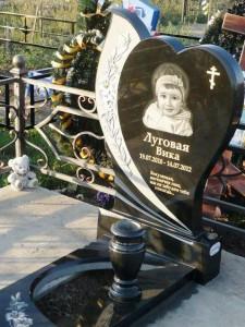 Черный гранитный памятник с вазой для девочки