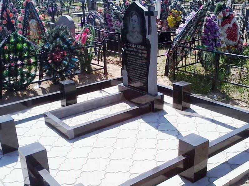 Одинарный памятник из серого и черного гранита фото