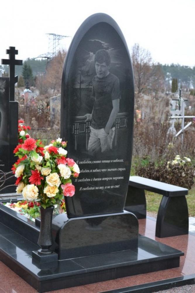 Современный надгробный памятник с гранитной лавочкой