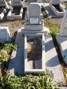 Мраморный памятник на могилу с цветником