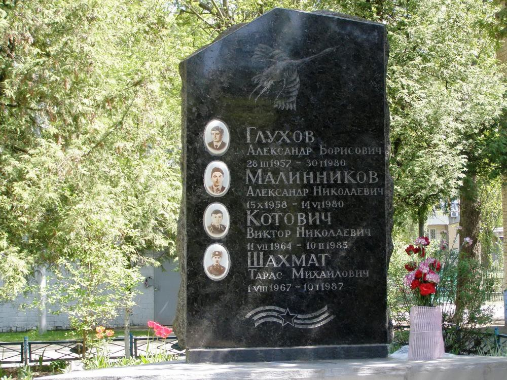 Памятник из черного гранита для четверых