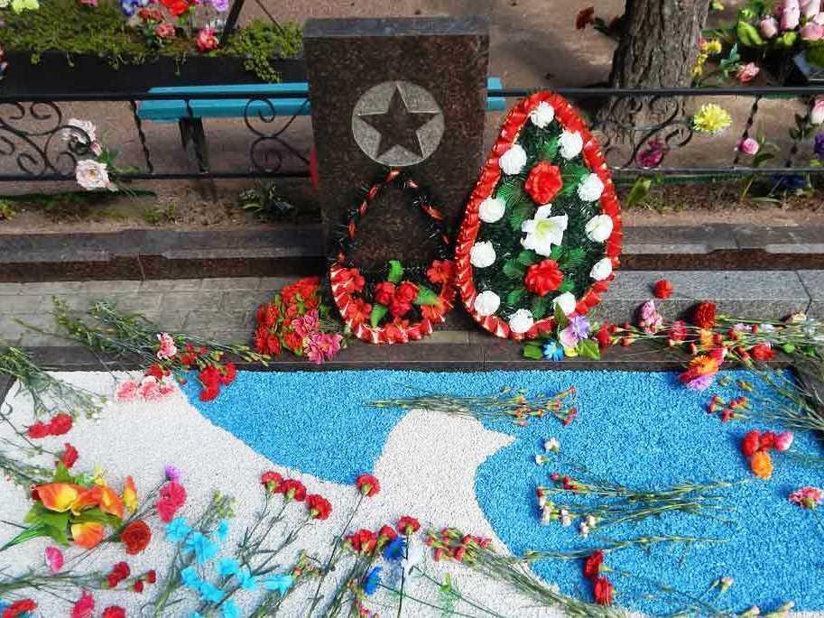 Бело-голубой щебень для памятника