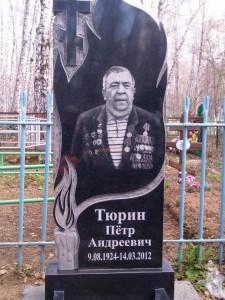 Недорогой мужской памятник с резным крестом и свечей