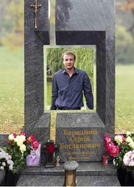 Современный надгробный памятник с цветным портретом на стекле