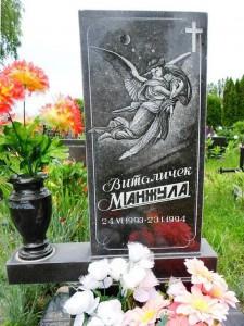 Надгробный памятник с прямоугольной стеллой и вазой для девочки