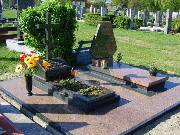 Памятник в виде креста с гранитным надгробием