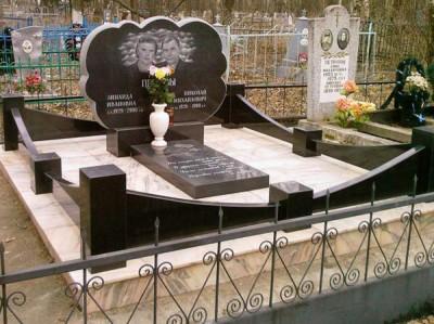 Ограды для двойного семейного памятника из гранита