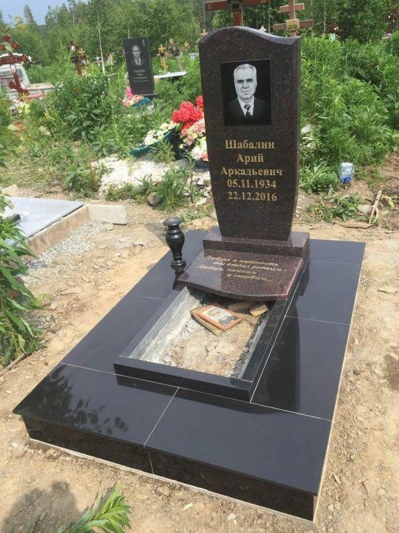 Мужской памятник из черного гранита