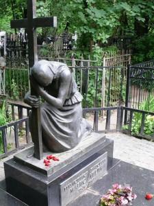 Памятник в виде креста и скорбящей матери