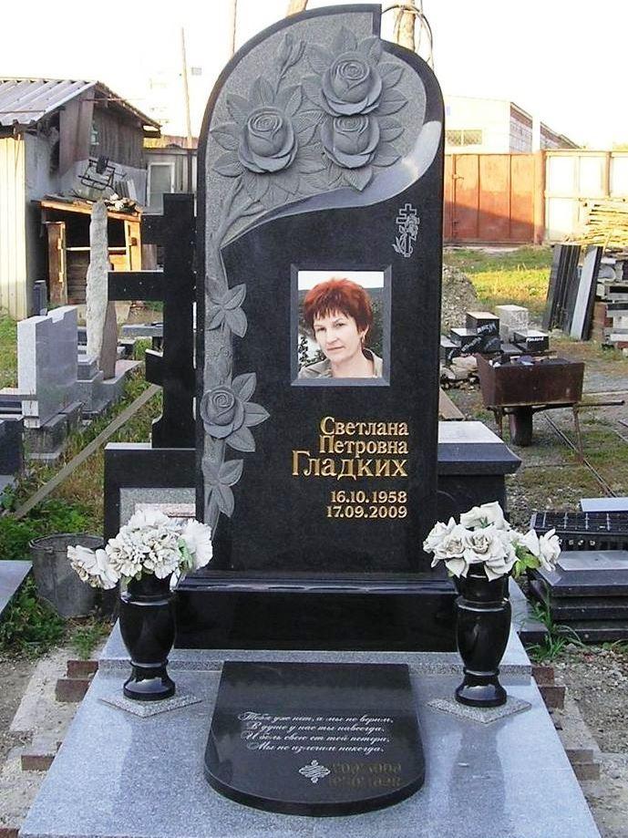 Гранитный надгробный памятник с цветным фото