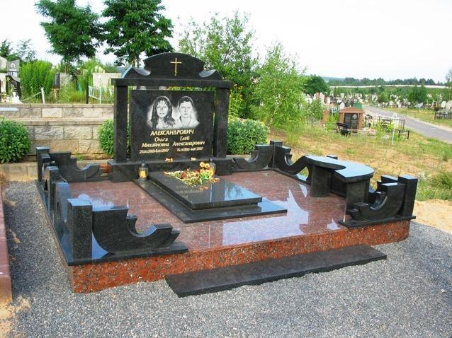Памятник из капустинского и букинского гранита