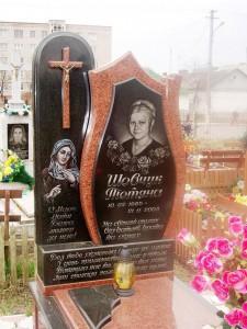 Красный женский памятник с Божьей Матерью