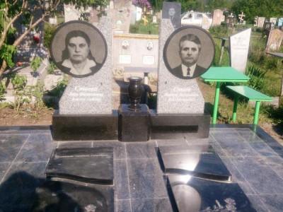 Двойной памятник из гранита с вазой
