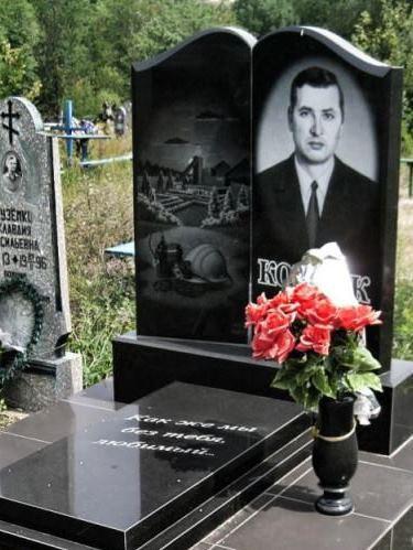 Памятник с закрытым цветником для шахтера