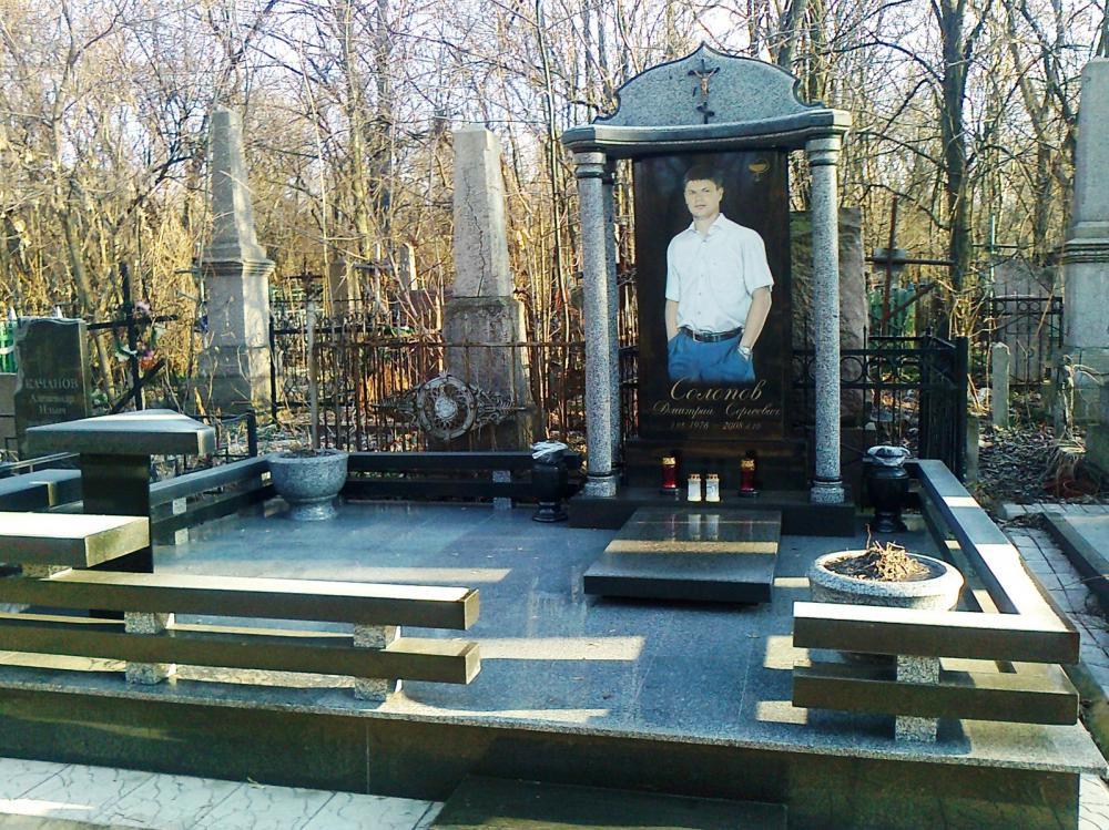 Памятник из черного и серого гранита для мужчины фото