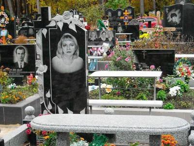Резной гранитный памятник с розами и лавочкой