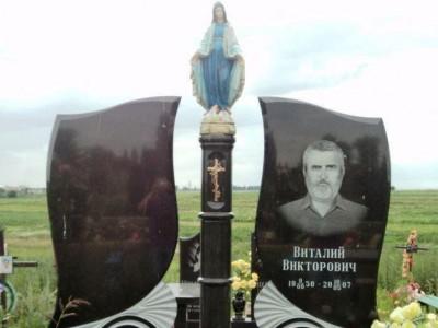 Маленькая скульптура Божьей Матери для памятника