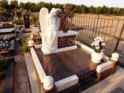 Надгробный памятник с гранитной оградой и скульптурой ангела
