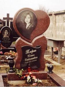 Женский памятник из красного гранита в виде сердца