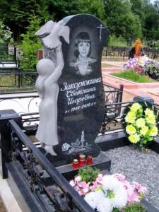 Элитный гранитный памятник с металлической оградой для девушки