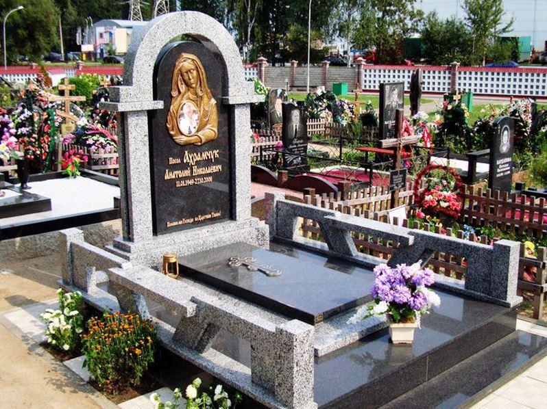 Надгробный памятник с покостовским гранитом