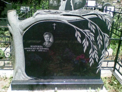 Надгробный памятник с резной ивой