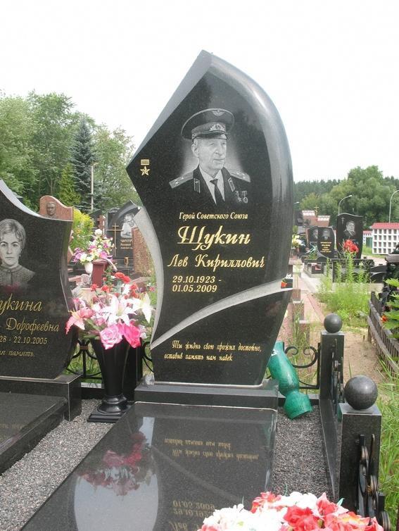 Черный фигурный памятник на могилу военного