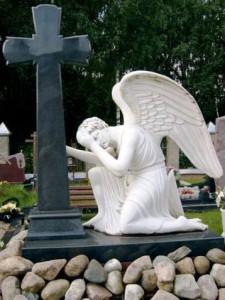 Памятник в виде креста с ангелом