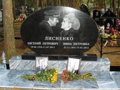 Семейный надгробный памятник овальный из черного гранита